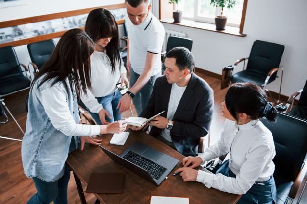 comprueba-mis-resultados-empresarios-gerente-trabajando-su-nuevo-proyecto-aula_146671-16308